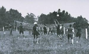 På 40-tallet var volleyball vanlig i militære sammenhenger og ordinær shorts og ankelsokker ble benyttet.