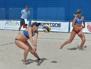 Kerri Walsh (venstre) og April Ross i aksjon i Stavanger Grand Slam 2014
