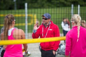 Trener Magnus Borge Johansen instruerer jentelandslaget U18 i denne videoen.