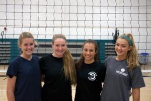 Volleyballkapteiner Laura Kiefer, Logan Beitler, Allison Hahn og Gigi Hadid. Foto: Dick Dornan / TMT