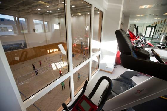 Styrkerom med utsikt over innendørs sandvolleyballbaner