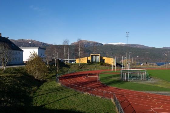 Friidrettsbanen med skolebygningen i bakgrunnen