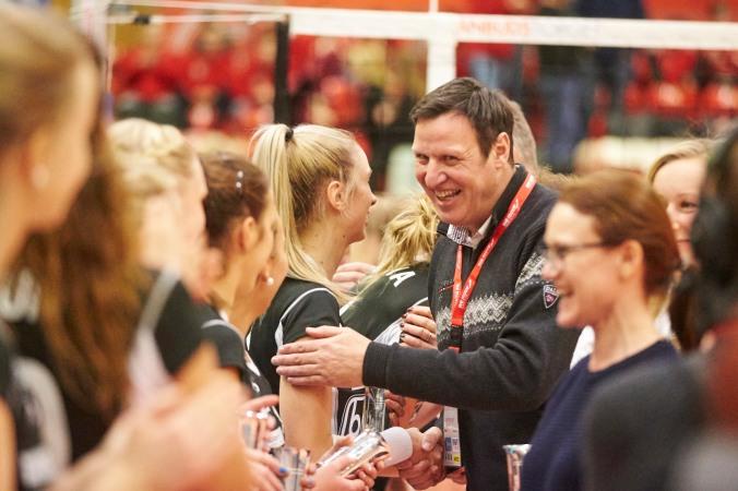 Idrettspresident og tidligere Randaberg-ordfører Tom Tvedt deler ut medaljer til Randaberg på cupfinalen.