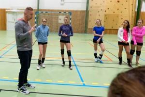 Tore Aleksandersen i aksjon med volleyballungdom på Kolbotn høsten 2015.