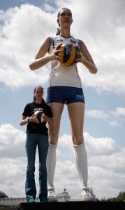 Gamova poserer foran statuen av seg selv i 2012