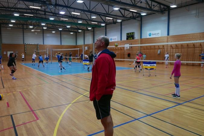 Nestor i norsk volleyball Kåre Mol kom rett fra gull som coach i EM i sandvolleyball for å bidra på Trener 2-kurset.