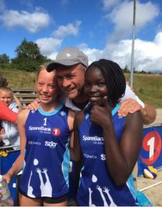 Coach Kåre Mol poserer med Maria Åsmul og Terian Kaelo som vant NM-gull i U15 i går. Foto: Facebook